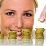 Eine Frau stapelt Münzen. Geld sparen für die Zukunft