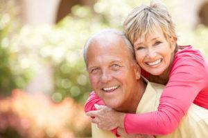 Ein glückliches Seniorenpaar. Der Mann trägt die Frau auf dem Rücken.