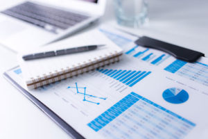 Charts und Diagramme auf einem Schreibtisch