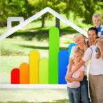 Glückliche Famile mit zwei Kindern im Park und das Siegel für Enegieeffiziens im Hintergrund