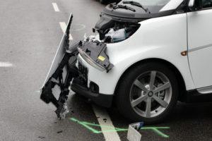 Einem weißen Kleinwagen wurde fast die komplette Fahrzeugfront abgerissen