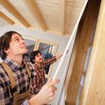 Zwei Handwerker beim Innenausbau