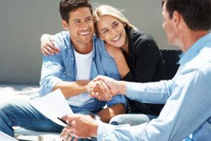 Ein Mann und seine Frau schütteln einem Berater die Hand
