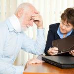 Finanzberaterin erklärt älterem Herren die Situation