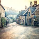 Leere Straße in einem ausgestorbenen Dorf am Fuße eines Hügels