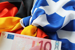 Griechische und deutsche Flagge mit Euro-Banknote