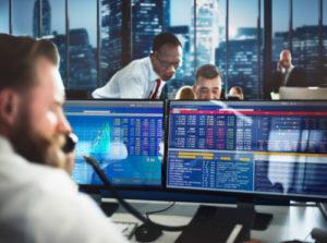 Börsenhändler gehen ohne Hektik ihrer Arbeit nach