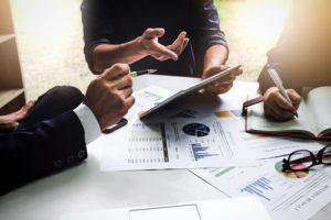 Vor der Zusage zu einem Unternehmenskredit wird u.a. die Eigenkapitalquote überprüft