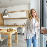 Ein Paar steht in einer neuen Küche mit Esstisch