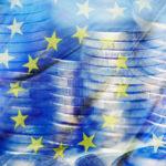 Euromünzen und Flagge der EU