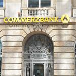 Das Commerzbank Logo an einer ihrer Fillialen