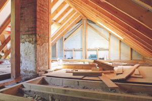 Ein Dachstuhl der ausgebaut wird
