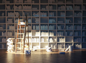 Ein großes offenes Bücherregal an dem eine Leiter lehnt