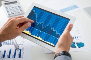 Auf einem Tablet Computer ist ein nach rechts abfallende Chart zu sehen