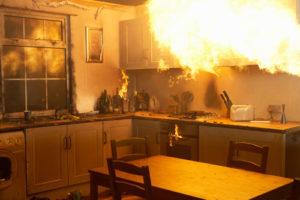 Eine Küche, in der ein Brand ausgebrochen ist