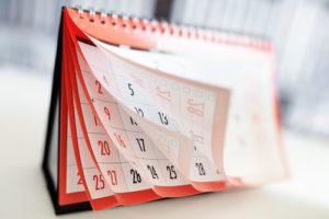 Ein Tischkalender mit aufgeblätterten Seiten