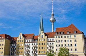 Eine Häuserzeile und der Berliner Funkturm im Hintergrund