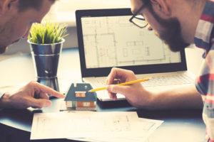 Zwei Architekten planen letzte Details an einem Modellhaus