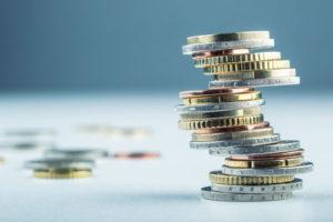 Ein wackeliger Stapel verschiedener Euromünzen