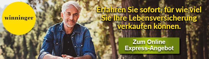 Ein fröhlicher älterer Mann mit Jeanshemd im Wald