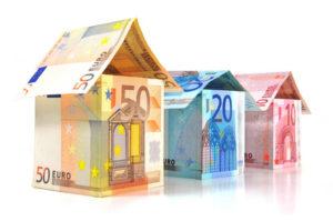 Drei Häuser, die aus Geldscheinen gefaltet sind
