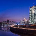 Das neue EZB Gebäude in der späten Abenddämmerung