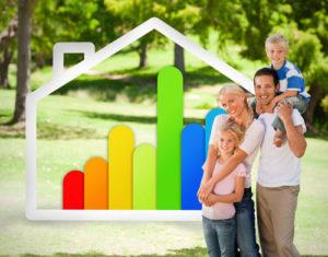 Junge Familie mit zwei Kindern im Park, im Hintergrund das Symbol für Energieeffizienz