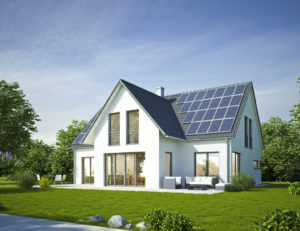 Ein Fertighaus mit Garten und Solaranlage auf dem Dach