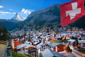 Ein schweizer Dorf am Hang eines Berges