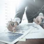 Grafiken und Datenmaterial auf Papier liegen auf einem Tisch