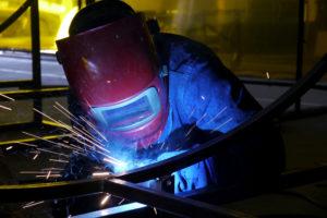 Ein Arbeiter schweißt Stahlstreben