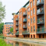 Neue Mehrfamilienhäuser an kleinem Fluß