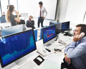 Historische Charts auf mehreren Computer Bildschirmen