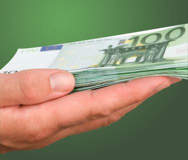 Ein Stapel 100 Euro Noten auf einer geöffneten Hand