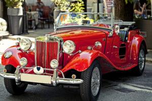 Ein glänzender roter Cabrio Oldtimer
