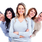 Fünf lachende Menschen die aufgefächert und hintereinander stehen