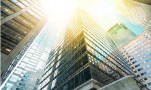 Gläserne Wolkenkratzer im Sonnenlicht