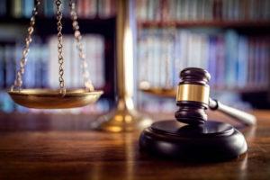 Ein Richterhammer und eine Waage in Nahaufnahme