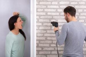 Ein Streit mit Nachbarn sowie Ruhestörung können durchaus die Kündigung des Mietvertrags zur Folge haben