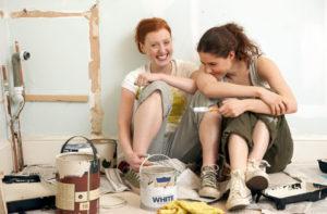Zwei Frauen machen Pause beim Renovieren