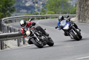 Zwei Motorradfahrer legen sich in die Kurve