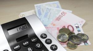 Ein Taschenrechner und etwas Bargeld in Scheinen und Münzen