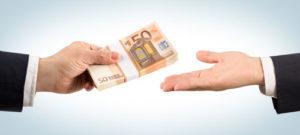 Ein Geldbündel wird übergeben