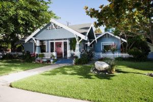 Haus mit Einfahrt und Vorgarten