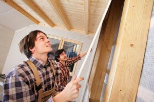 Zwei junge Handwerker beim Innenausbau