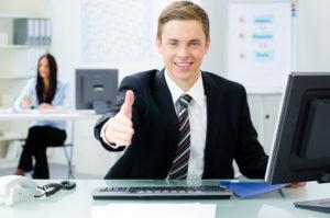 Ein Bankkaufmann bietet zur Begrüßung seine Hand an