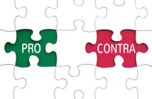 Ein grünes Puzzelteil mit dem Wort Pro und ein rotes mit dem Wort Contra