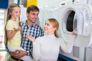 Eine zufriedenen Familie kauft eine neue Waschmaschine