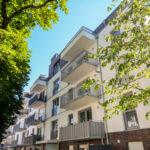 Eine Häuserzeile mit Balkonen an der Front