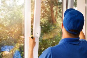 Ein Monteur stellt ein Fenster korrekt ein
